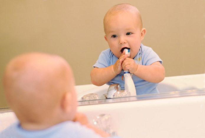 아이가 이빨을 닦는다.